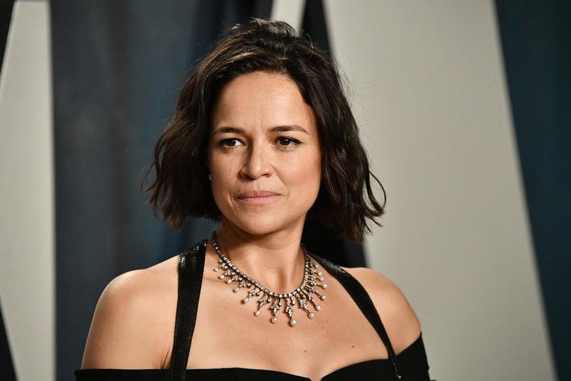 """Jest bodaj największą gwiazdą kina akcji wśród hollywoodzkich aktorek. Długo nie była bohaterką żadnego skandalu, ale w 2013 roku zbulwersowała opinię publiczną wyznaniem o swoich seksualnych preferencjach. W czwartek Michelle Rodriguez, znaną z filmowych serii """"Szybcy i wściekli"""" i """"Resident Evil"""" a także z """"Avatara"""" oraz serialu """"Zagubieni"""" (""""Lost""""), zobaczymy na antenie stacji Polsat Seriale w produkcji """"Inwazja: Bitwa o Los Angeles"""". Dla tych, którzy przegapią czwartkowy seans, z pomocą przyjdzie Polsat Film, który wyemituje film jeszcze 26 lipca (godz. 18.30) oraz 27 lipca (godz. 16.25)."""