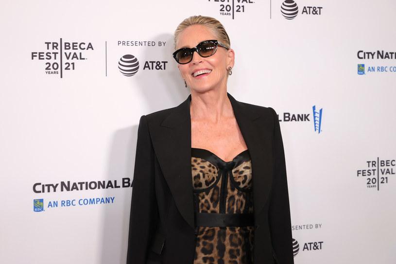 Słynna hollywoodzka aktorka poszła w ślady Madonny i nie szuka towarzystwa mężczyzn, którzy są jej rówieśnikami, ale wybiera takich, którzy mogliby być jej synami. Od pewnego czasu Sharon Stone spotyka się z młodszym od niej o prawie 40 lat raperem RMR.