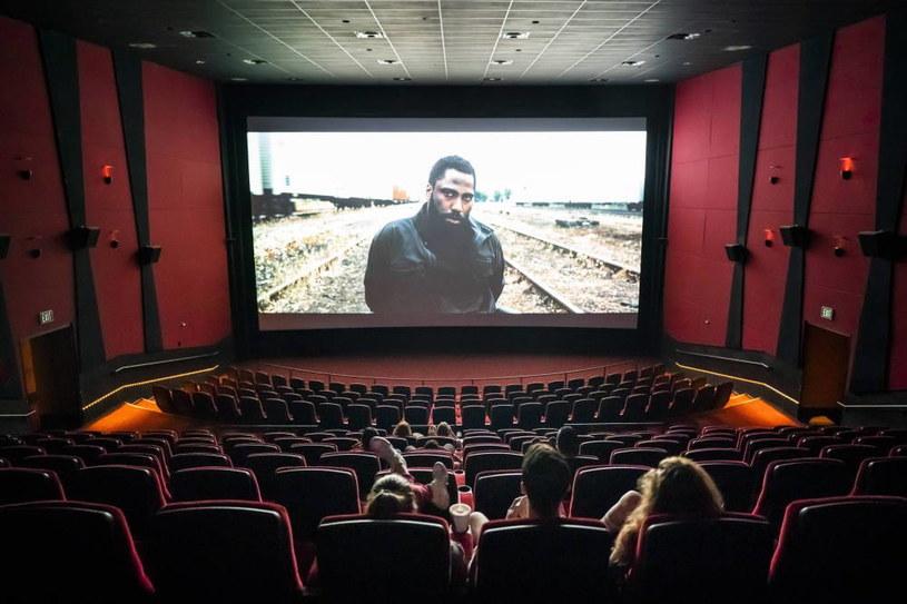 Z każdym dniem coraz lepiej wygląda box-office i rosną zyski generowane przez pokazywane w kinach filmy. O wielkim powrocie widzów do kin mówi się coraz głośniej wraz z każdą kolejną premierą wielkiego widowiska filmowego. Jednak patrząc tylko na liczby, wciąż bardzo daleko do kwot uzyskiwanych w zestawieniubox-office przed wybuchem pandemii COVID-19. Na samym tylko rynku północnoamerykańskim kwota ta spadła o 42,3 proc. w stosunku do 2020 roku oraz o 81,3 proc. w stosunku do roku 2019.