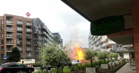 Ponad 90 osób ewakuowano z bloków przy ulicy Dmowskiego we Wrocławiu po tym, jak koparka w czasie prac ziemnych uszkodziła tam rurę z gazem. Doszło do pożaru, w którym spłonęły koparka i dwa auta osobowe.