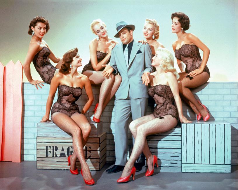 """Nagrodzony Oscarem za scenariusz filmu """"Bogowie i potwory"""" Bill Condon wyreżyseruje dla studia TriStar Pictures adaptację słynnego broadwayowskiego musicalu """"Faceci i laleczki"""". Spektakl był już raz przenoszony na duży ekran - w 1955 roku. Dla Condona robienie filmów na podstawie musicali to nie pierwszyzna. Ma na koncie takie produkcje jak """"Chicago"""", """"Dreamgirls"""", """"Piękna i Bestia"""" czy """"Król rozrywki""""."""