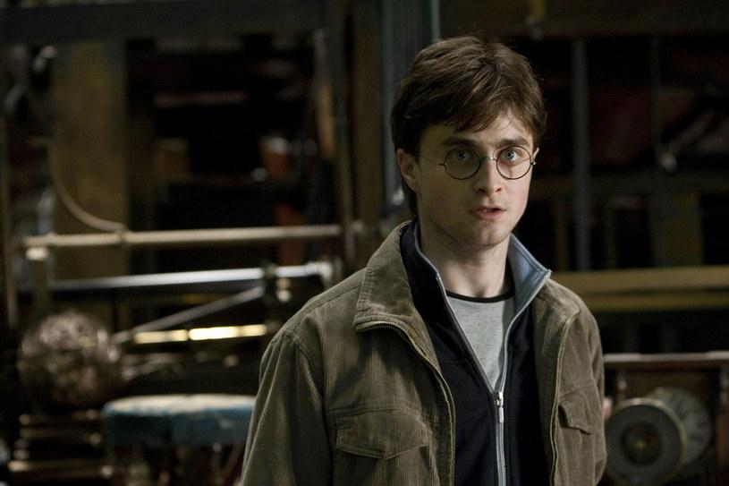Miał jedenaście lat, gdy w 2001 roku po raz pierwszy wcielił się w postać Harry'ego Pottera. Potem przez kolejną dekadę Daniel Radcliffe wystąpił we wszystkich ośmiu częściach serii o przygodach młodego czarodzieja. W najnowszym wywiadzie aktor zdradził, że do tej pory nie obejrzał żadnego z filmów tego cyklu, wyznał też, które momenty z planu najbardziej zapadły mu w pamięć. Pytany o plany udziału w imprezie z okazji przypadającej w tym roku 20. rocznicy premiery pierwszego filmu z cyklu, gwiazdor powiedział, że raczej się na niej nie pojawi.