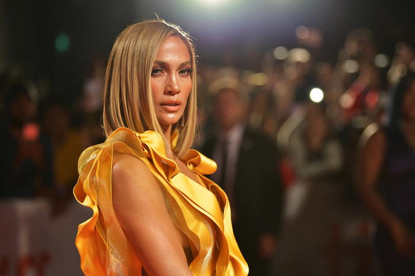 """Do sieci trafił wspólny teledysk Jennifer Lopez i Rawu Alejandro do utworu """"Cambia El Paso"""". Piosenka według niektórych fanów może opowiadać o kolejnym etapie w życiu wokalistki, który rozpoczął się po rozstaniu z Alexem Rodriguezem."""