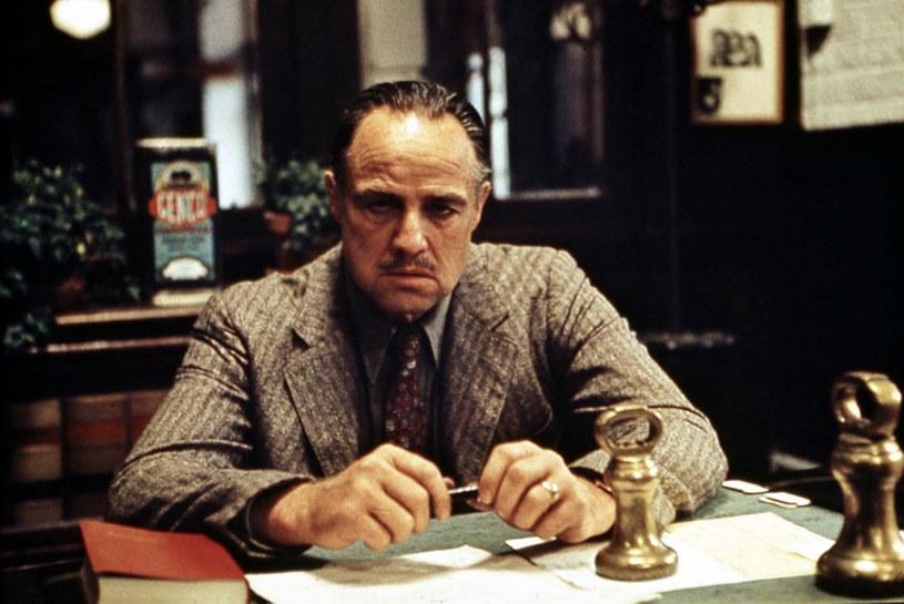 """Piętnaście nowych osób pojawiło się w obsadzie serialu """"The Offer"""", który będzie opowieścią o kulisach powstania """"Ojca chrzestnego"""" Francisa Forda Coppoli. Prawdopodobnie najciekawszym nazwiskiem w tym zaciągu jest Justin Chambers, któremu przypadnie rola Marlona Brando, legendarnego aktora, który w """"Ojcu chrzestnym"""" zagrał postać dona Vita Corleone. Za tę rolę został nagrodzony Oscarem."""