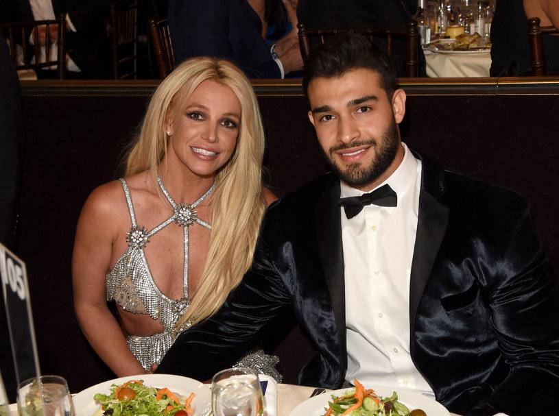 """Królowa muzyki pop postanowiła publicznie wesprzeć Britney Spears w jej walce o uwolnienie się spod kurateli ojca. W opublikowanej na Instagramie relacji Madonna w ostrych słowach skrytykowała decyzję sądu i zaapelowała o zakończenie nadzoru kuratorskiego nad jej koleżanką po fachu. """"To pogwałcenie praw człowieka! Britney, pomożemy ci wydostać się z tego więzienia"""" - oświadczyła gwiazda."""