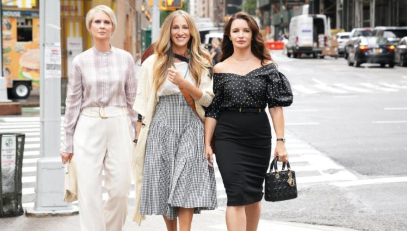 """Fani serialu """"Seks w wielkim mieście"""" od miesięcy żyją informacją o zbliżającej się kontynuacji tej kultowej produkcji. Podsycić zainteresowanie odbiorców postanowiła teraz odtwórczyni głównej roli, Sarah Jessica Parker. Aktorka opublikowała na Instagramie serię zdjęć prezentujących ekwipunek, który zabiera ze sobą wkrótce na plan. Serialowa Carrie Bradshaw zdradziła również tytuł premierowego odcinka przygotowywanego sequela. Z kolei platforma HBO Max opublikowała pierwsze zdjęcie z bohaterkami show."""