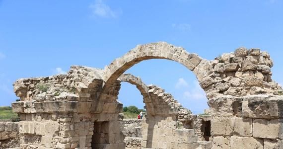 Spożywano tam prawdopodobnie mięso zwierząt ofiarnych, a z pewnością pito wino ku czci bogów - archeolodzy odkryli w Nea Pafos na Cyprze wykute w podłożu skalnym miejsce bankietów sakralnych na wolnym powietrzu, które ma 2 tys. lat. To pierwsze tego typu miejsce odkopana na Cyprze.