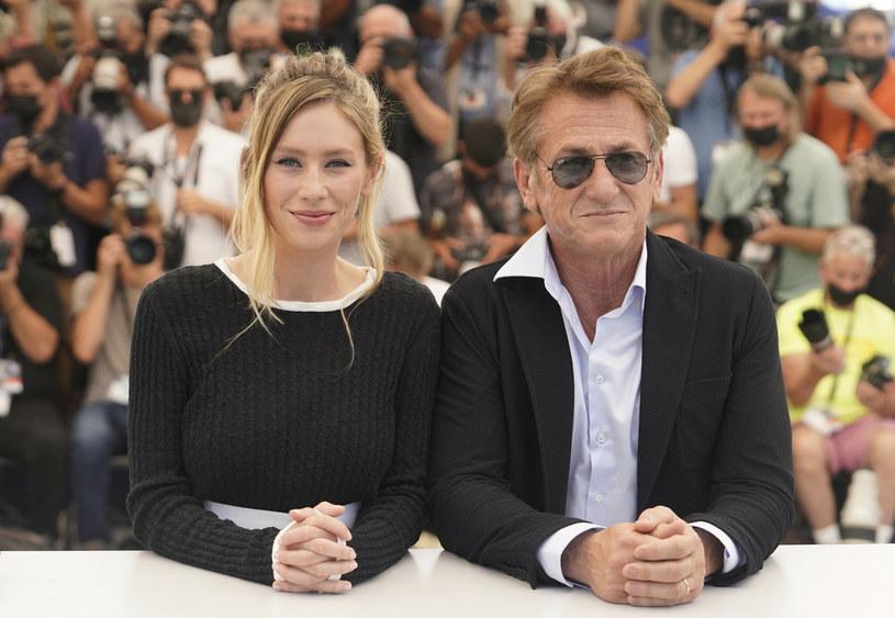 """Sean Penn po raz kolejny pokazał swój kunszt, kreując znakomitą rolę przestępcy Johna Vogla. Problem w tym, że wyreżyserowany przez niego """"Flag Day"""", choć nie jest kompletnym niewypałem, nie zapada w pamięć – piszą krytycy o filmie, którego premiera odbyła się podczas 74. festiwalu w Cannes."""