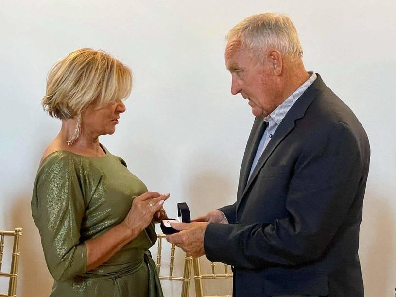 """Iwona Mazurkiewicz i Gerard Makosz, uczestnicy drugiej edycji """"Sanatorium miłości"""", są już zaręczeni! Gerard oświadczył się Iwonie 10 lipca, w dniu swoich 80. urodzin."""