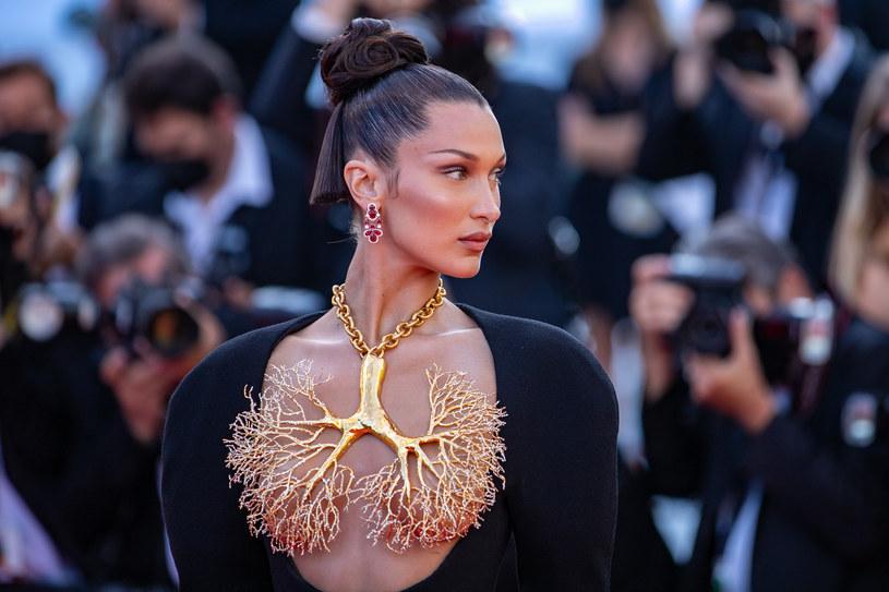 Festiwal w Cannes trwa, a na wydarzeniu pojawiło się wiele czołowych gwiazd show-biznesu. Wśród nich bryluje także Bella Hadid. Teraz świat obiegła fotografia, która uchwyciła wpadkę 24-letniej modelki. Wszystkiemu winny był intensywny wiatr!