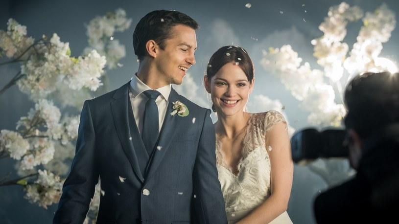"""Już 13 sierpnia na ekrany kin wejdzie komedia romantyczna """"Widzimy się wczoraj. Od wesela do wesela"""". Film ma szansę uwieść fanów Bridget Jones i seriali """"Dziewczyny"""" oraz """"Seks w wielkim mieście""""."""