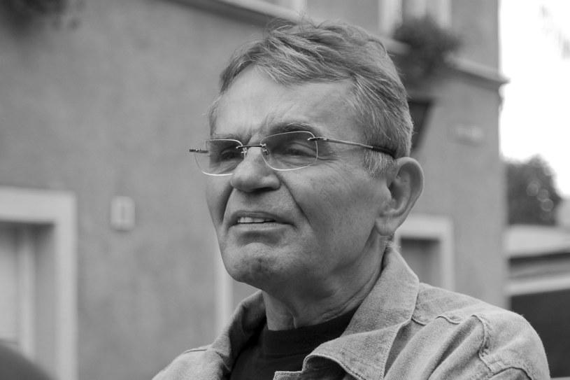 """Jerzy Janeczek, aktor najbardziej znany z roli Witii Pawlaka w trylogii Sylwestra Chęcińskiego """"Sami swoi"""", """"Nie ma mocnych"""" i """"Kochaj albo rzuć"""", zmarł nagle 11 lipca 2021 roku. Teraz jeden z tabloidów dowiedział się, że przyczyną śmierci było ukąszenie pszczoły, na jad której aktor był uczulony."""