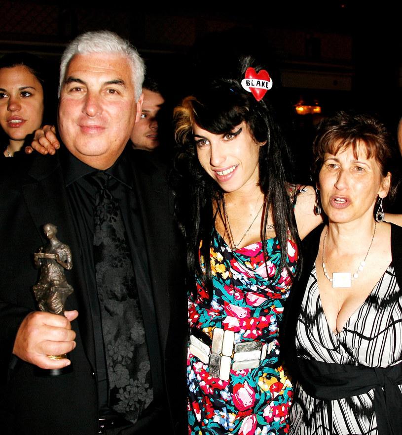 """23 lipca minie dokładnie 10 lat od tragicznej śmierci Amy Winehouse. Gwiazda zmarła na skutek przedawkowania alkoholu, co było tragicznym finałem jej wieloletniego uzależnienia. O przyczynienie się do upadku gwiazdy od dawna oskarżany jest jej ojciec, który rzekomo odradzał jej odwyk. Teraz, tuż przed premierą poświęconego Amy dokumentu do tematu wróciła matka piosenkarki, Janis. """"To nie była jego wina. Wszyscy popełniamy błędy, a nikt z nas nie nakłonił Amy do zmiany, nikt nie powiedział jej, co ma robić"""" – wyznała."""
