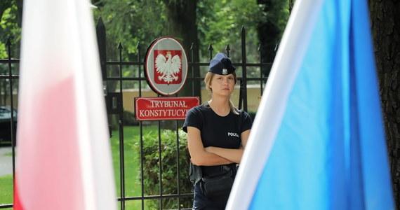Trybunał Konstytucyjny orzekł, że przepis traktatu unijnego, na podstawie którego Trybunał Sprawiedliwości UE zobowiązuje państwa członkowskie do stosowania środków tymczasowych ws. sądownictwa, jest niezgodny z konstytucją. Godzinę wcześniej Trybunał Sprawiedliwości Unii Europejskiej zobowiązał Polskę do natychmiastowego zawieszenia stosowania przepisów krajowych odnoszących się do uprawnień Izby Dyscyplinarnej Sądu Najwyższego.