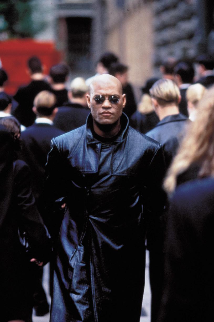 """Z trojga głównych bohaterów trylogii """"Matrix"""", w czwartej części tego filmu powróci tylko dwoje - Neo (Keanu Reeves) i Trinity (Carrie-Anne Moss). Fakt, że w obsadzie nie ma Laurence'a Fishburne'a, który w filmowej serii wcielał się w rolę Morfeusza, wydawał się jednoznacznie przesądzać, że tej postaci nie zobaczymy w filmie roboczo nazwanym """"Matrix 4"""". Nie jest to jednak wcale takie oczywiste."""
