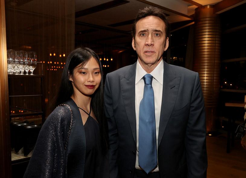 """Nicolas Cage w lutym po raz piąty stanął na ślubnym kobiercu. Wybranką aktora jest młodsza o 30 lat Japonka Riko Shibata. W najnowszym wywiadzie gwiazdor """"Dzikości serca"""" opowiedział o początkach znajomości z ukochaną. Jak się okazuje, parę połączyła miłość do egzotycznej fauny. """"Mamy ze sobą wiele wspólnego. Ona też uwielbia zwierzęta, więc zapytałem ją, czy jakieś posiada. Odparła, że ma latające wiewiórki"""" - wspomina laureat Oscara. I tym go do siebie przekonała."""