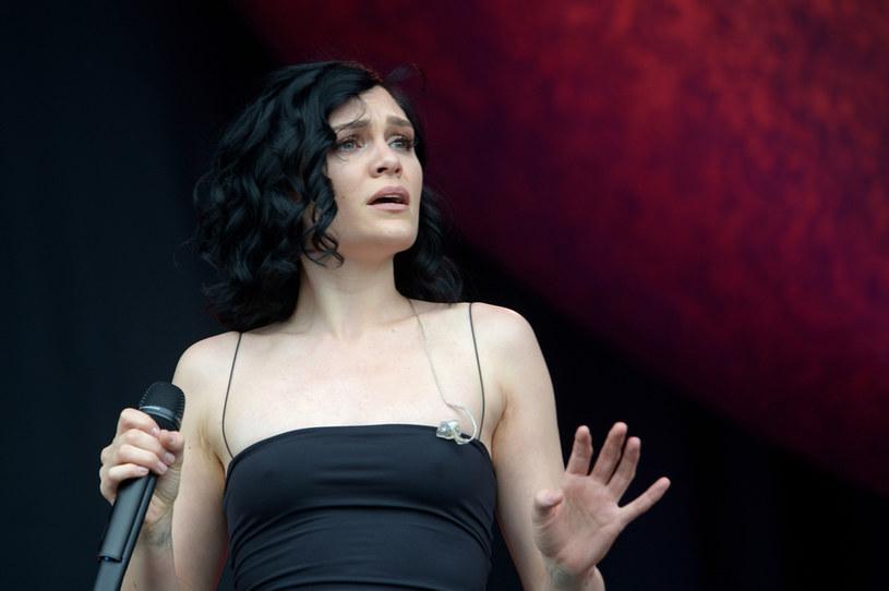 Wokalistka Jessie J poinformowała fanów o swoim stanie zdrowia. Wokalistka przyznała, że nie radzi sobie z ogromnym bólem, który nie pozwala jej śpiewać.