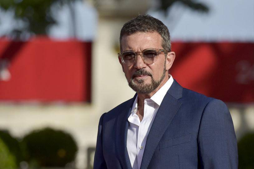 """Kolejnym pochodzącym z Europy aktorem w obsadzie filmu o roboczym tytule """"Indiana Jones 5"""" został Antonio Banderas (""""Desperado, """"Ból i blask""""). Dołączył on do Phoebe Waller-Bridge (""""Współczesna dziewczyna""""), Madsa Mikkelsena (""""Na rauszu"""") i Thomasa Kretschmanna (""""King Kong""""). W tytułowej roli po raz piąty wystąpi Harrison Ford. W obsadzie filmu są jeszcze Boyd Holbrook i Shaunette Renee Wilson."""