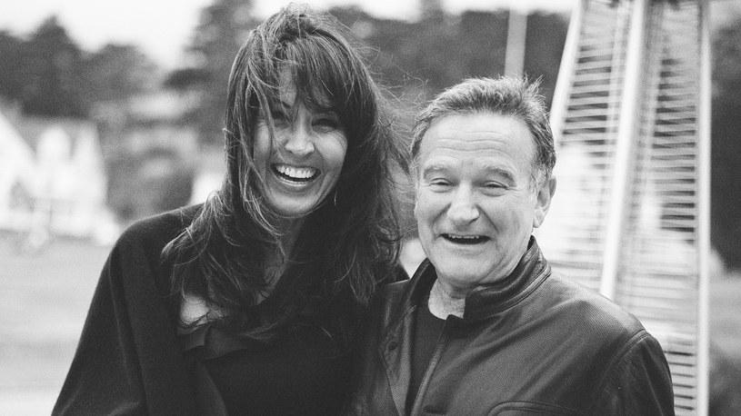"""""""Nie ma nic gorszego niż samotność komika"""" - powtarzały media na całym świecie, komentując zaskakującą wiadomość o samobójczej śmierci Robina Williamsa. Jego życie, a przede wszystkim filmowy dorobek, nie zapowiadały takiego końca. Czy był nieszczęśliwy? Uzależniony? Miał problemy finansowe? Prawda zaskoczyła wszystkich. Dokument """"Dzień dobry, Robin"""" opowiadający o walce legendarnego aktora z samym sobą, jaką stoczył pod koniec życia - 17 lipca o godz. 20 w Canal+ Dokument oraz od 18 lipca w serwisie Canal+ online na canalpus.com."""