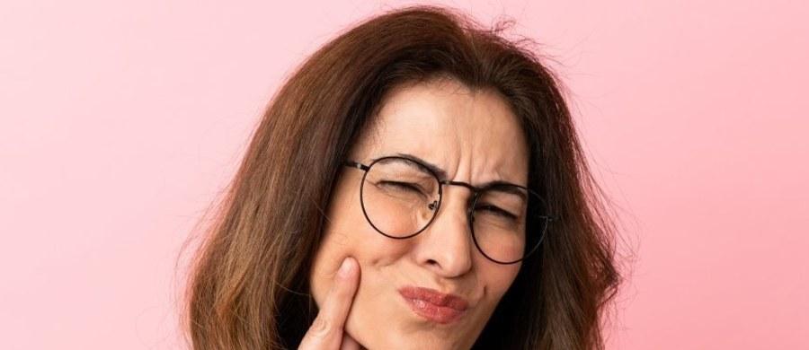 Utrata zębów to najczęściej przykra konsekwencja zaawansowanej próchnicy, paradontozy lub urazu mechanicznego np. podczas wakacji. Niezależnie jednak od przyczyny, braki zębowe warto jak najszybciej uzupełnić – unikniemy nie tylko efektu Baby Jagi, ale też problemów dla zdrowia ogólnego!