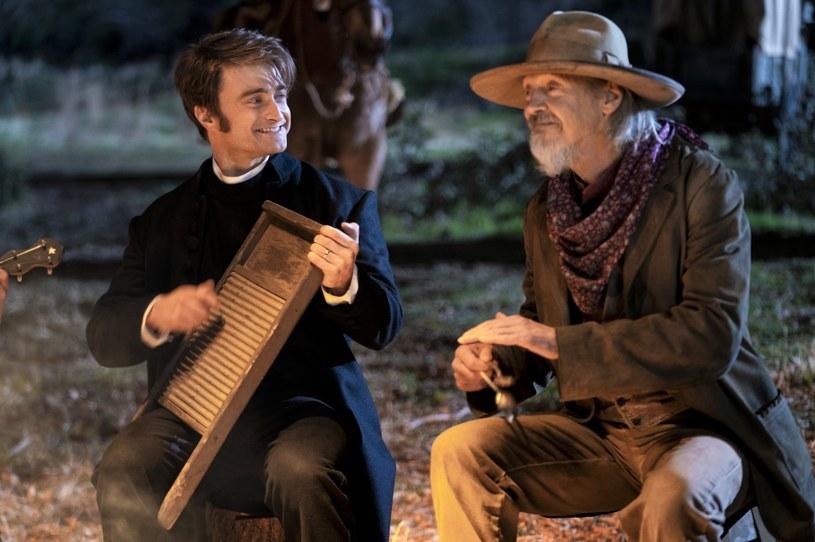 """""""Cudotwórcy: Szlak oregoński' - nowy sezon serialu ze Stevem Buscemim oraz Danielem Radcliffem w rolach głównych - od 14 lipca dostępny jest w HBO GO."""