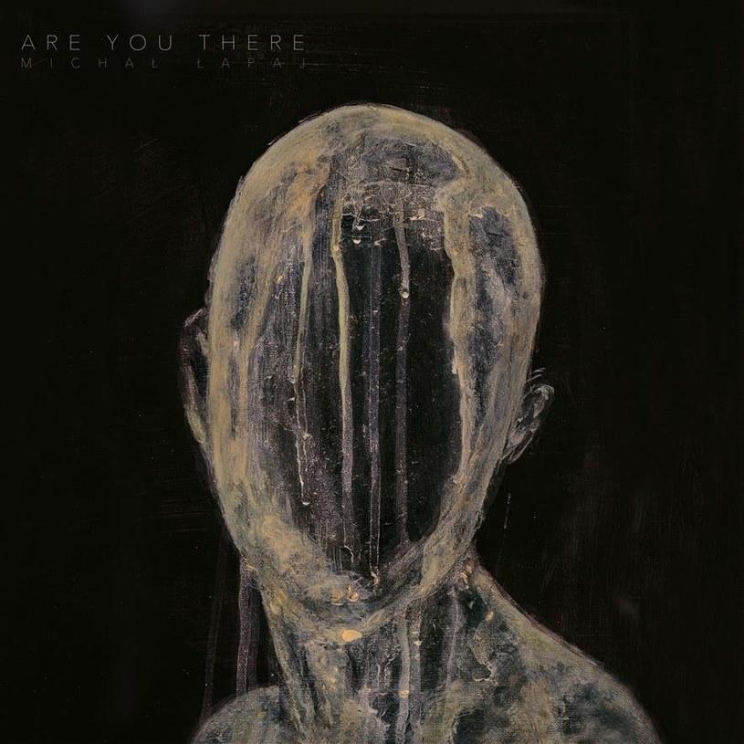 """Na """"Are You There"""" Michał Łapaj – etatowy klawiszowiec Riverside – wskrzesza brzmienia mrocznej elektroniki lat 90. XX wieku z dozą post-rocka. Wychodzi z tego pozycja, na której muzyk może nie odkrywa Ameryki, ale pokazuje, że doskonale wie, jak stworzyć utwory pełne gęstego melancholijnego klimatu."""
