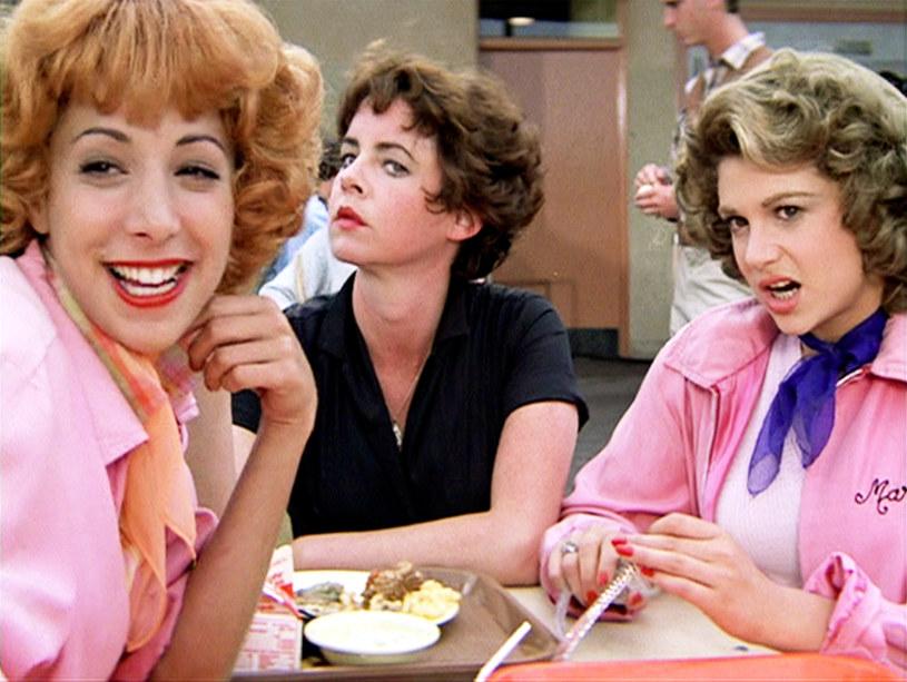 """Fani musicalu """"Grease"""" z Johnem Travoltą i Olivią Newton-John w rolach głównych czekali na tę informację od dawna. Projekt serialowego prequela """"Grease"""" planowany był pierwotnie przez platformę streamingową HBO Max, potem przeszedł w ręce platformy Paramount+, by otrzymać tam nowy tytuł: """"Grease: Rise of the Pink Ladies"""" (""""Grease: Początki Różowych Panienek""""). Teraz koncern ViacomCBS dał zielone światło na produkcję tego 10-odcinkowego serialu."""