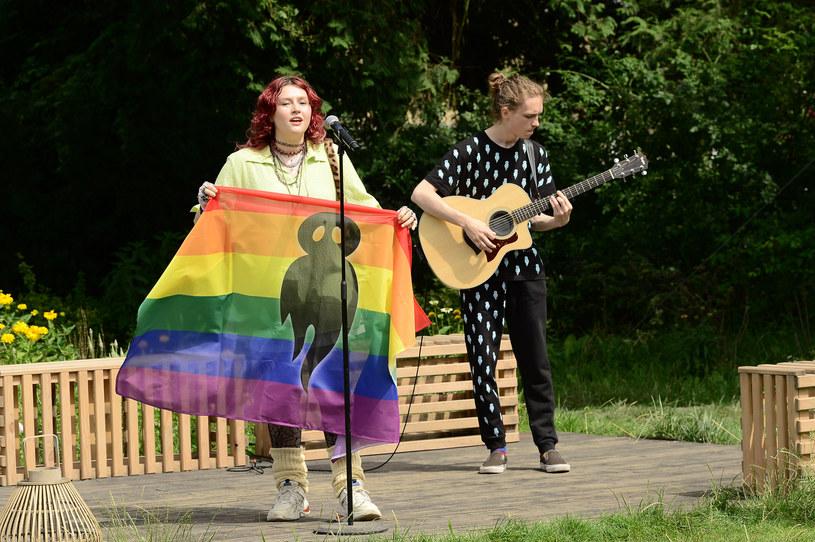 """Pochodząca ze Słowacji wokalistka Karin Ann pod koniec swojego występu w """"Pytaniu na Śniadanie"""" zdecydowała się wyciągnąć tęczową flagę i wesprzeć społeczność LGBTQ. Jej zachowanie spotkało się ze sporym odzewem. Sprawa odbiła się także głośnym echem w TVP."""