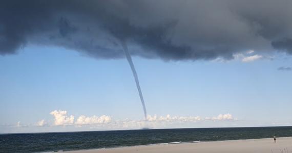 Turyści wypoczywający nad Bałtykiem byli świadkami niecodziennego zjawiska: trąby wodnej. Można ją było zaobserwować między innymi w Juracie i Jastarni. Zobaczcie to na filmach!