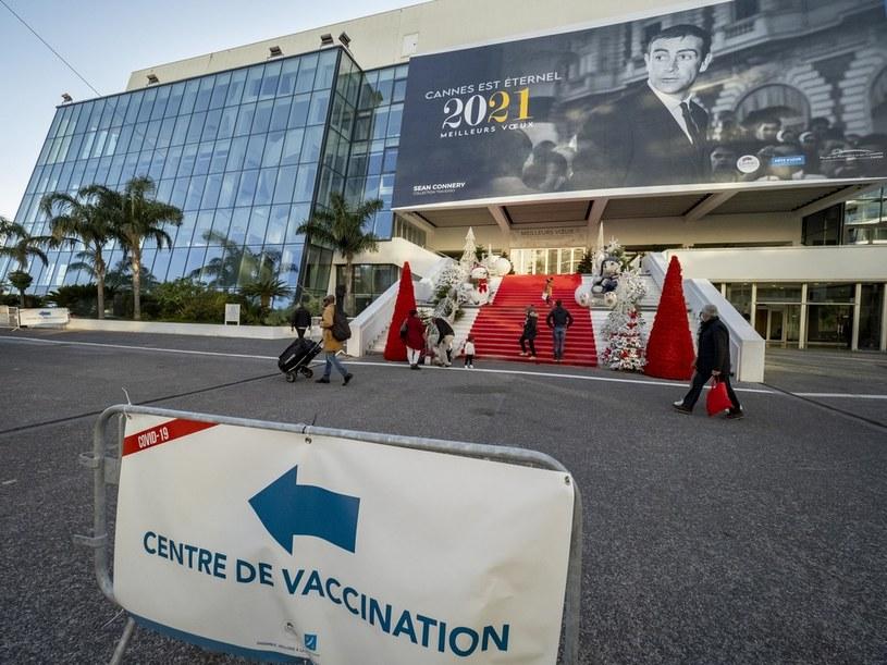 W jaki sposób w trakcie wciąż trwającej pandemii zorganizować dwutygodniowy festiwal filmowy z udziałem publiczności i filmowców? Zapłacić. Ponad milion dolarów kosztowało organizatorów Międzynarodowego Festiwalu Filmowego w Cannes zorganizowanie na miejscu regularnych testów na COVID-19 dla uczestników tej największej filmowej imprezy na świecie.
