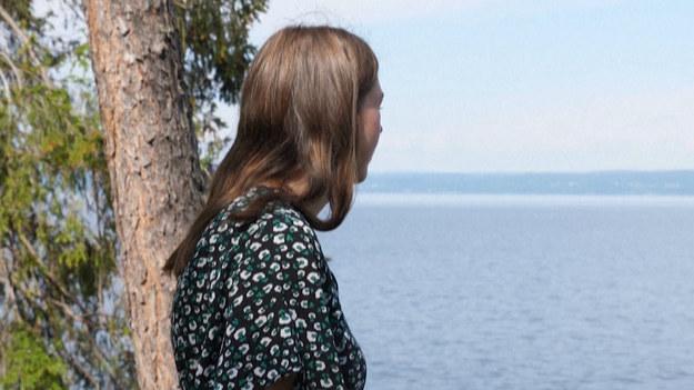 Mija dziesięć lat od ataku na wyspie Utoya. Ci, którzy przeżyli tę najkrwawszą masakrę w historii Norwegii wciąż czekają na rozliczenie skrajnie prawicowej ideologii, która skłoniła jednego mężczyznę do zabicia 77 niewinnych ludzi. Położona w okolicach Oslo wyspa wygląda dziś zupełnie inaczej niż owego pamiętnego dnia. Jej właścicielem i gospodarzem jest młodzieżówka norweskiej Partii Pracy. Drewniane budynki zostały odnowione, a alejkami znów spacerują młodzi obozowicze. W zabudowaniach zachowano jednak dziury po kulach, które razem z pomnikiem ustawionym na polanie mają przypominać o wydarzeniach tego pamiętnego, letniego dnia.
