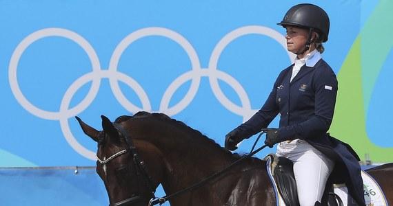 Szwecja wybrała chorążych ekipy olimpijskiej dopiero nad ranem. Będą nimi żeglarz Max Salminen i wicemistrzyni z Londynu w jeździectwie Sara Algotsson Ostholt. Przed dwoma laty przeżyła osobistą tragedię na autostradzie w Polsce, gdzie spłonęły jej najlepsze konie.