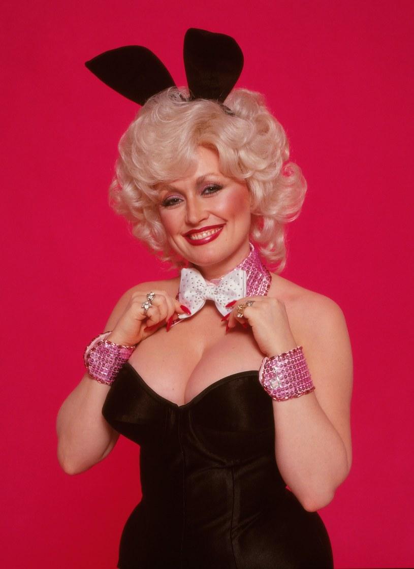 """Dolly Parton ponad 40 lat po występie w """"Playboyu"""" ponownie ubrała kultowy kostium króliczka. Tym razem zrobiła to z okazji urodzin jej męża Carla Deana."""