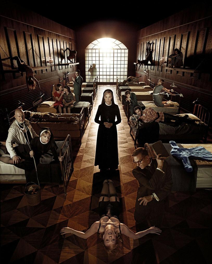 """Przymusowa przerwa w zdjęciach do dziesiątego sezonu serialu """"American Horror Story"""" została zarządzona za sprawą wykrycia na planie przypadku zarażenia koronawirusem. Jak informuje portal """"Variety"""", pozytywny wynik testu na obecność COVID-19 dało badanie jednego z członków obsady."""