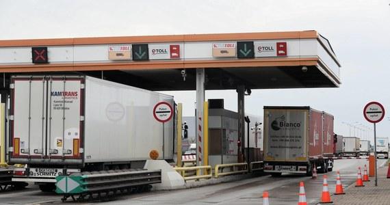 Ministerstwo finansów zapowiada ułatwienia w korzystaniu z elektronicznego systemu poboru opłat na drogach płatnych i państwowych autostradach w tak zwanym okresie przejściowym. Od sierpnia do końca września opłaty na trasach mają być niższe.