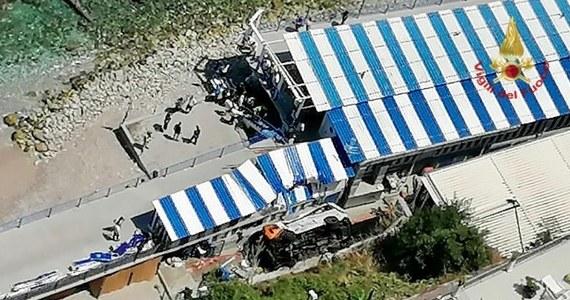 Jedna osoba zginęła, a 28 zostało rannych, w tym kilka ciężko,  na włoskiej wyspie Capri. Liniowy autobus wypadł z drogi, przełamał barierę ochronną i spadł z wysokości 5-6 metrów.