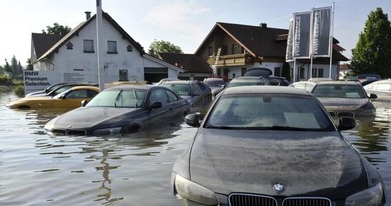 Eksperci rynku motoryzacyjnego nie mają wątpliwości, że niebawem nad Wisłę trafią samochody sprowadzone z regionów zachodniej Europy, dotkniętych niedawno powodziami. Mimo największych starań handlarzy, próbujących sprzedać uszkodzone w ten sposób samochody jako w pełni sprawne, jest kilka detali, które mogą zdradzić, czy samochód był wcześniej zalany. Zapraszamy do lektury naszego poradnika, przygotowanego wspólnie z elektromechanikiem z Poznania Mikołajem Gawelskim, który w swojej pracy niejednokrotnie napotykał zalane wcześniej auta.