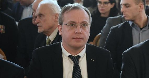 Właściwe organy państwa polskiego powinny podjąć określone działania, zmierzające do rychłego przywrócenia należnego autorytetu i powagi instytucjom władzy sądowniczej, kończąc tym samym trwający spór wokół reformy sądownictwa w Polsce - napisał prezes Izby Dyscyplinarnej SN Tomasz Przesławski. Ujawniające się z coraz większą ostrością spory, zarówno prawne, jak i te mające charakter polityczny, podważają autorytet wymiaru sprawiedliwości, a w konsekwencji także autorytet i prestiż państwa - dodał.
