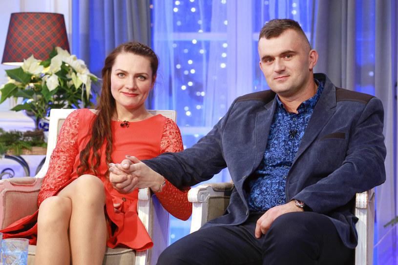"""Sławomir Banasiak zyskał sławę za sprawą udziału w programie """"Rolnik szuka żony"""". Mężczyzna już od kilku miesięcy chciał sformalizować swój związek z Eweliną, jednak na drodze zakochanych stanęła pandemia. Wygląda jednak na to, że Sławomir i Ewelina wreszcie spełnili swoje marzenie i wzięli ślub."""