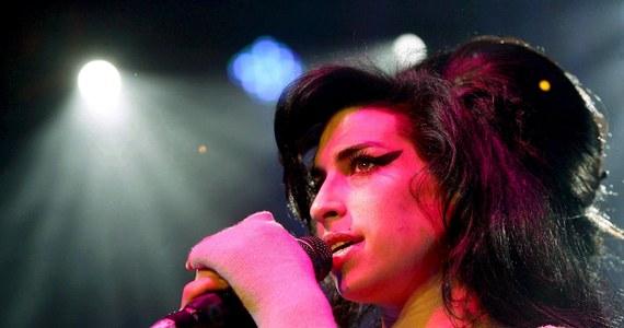 To już 10 lat. Dziś mija dekada od śmierci Amy Winehouse, brytyjskiej wokalistki o niezapomnianym głosie. Nasz korespondent Bogdan Frymorgen przypomina sylwetkę artystki.