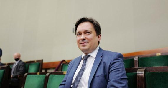 Nowy Rzecznik Praw Obywatelskich prof. Marcin Wiącek złożył ślubowanie przed Sejmem. Prawnik zastąpił na tym stanowisku Adama Bodnara, którego kadencja upłynęła we wrześniu ubiegłego roku.