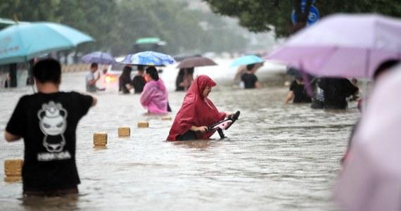 """Do 56 wzrósł bilans ofiar śmiertelnych ulewnych deszczy w chińskiej prowincji Henan, określanych jako """"burza tysiąclecia"""". Setki tysięcy ludzi zostały ewakuowane, a 255 wsiom wciąż zagraża największa powódź od pół wieku - podały chińskie media."""