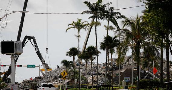 Po miesiącu od zawalenia się apartamentowca w Surfside na Florydzie ekipy strażaków zakończyły poszukiwania ofiar. Z gruzów wydobyto ciała 97 osób - poinformowało radio publiczne NPR.