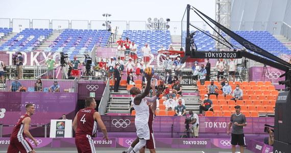 Polscy koszykarze 3x3 przegrali z Łotwą 14:21 w inauguracyjnym meczu olimpijskiego turnieju w Tokio.