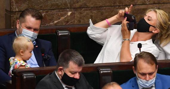 Niemowlę przyczyną zamieszania w Sejmie. Posłanka PiS Katarzyna Sójka przyszła na salę posiedzeń ze swoją córką. Nie spodobało się to prowadzącemu obrady wicemarszałkowi Sejmu Włodzimierzowi Czarzastemu.