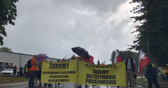 O godz. 9 we Władysławowie na wysokości stacji benzynowej w kierunku Chałup i Helu zaczął się protest armatorów rybołówstwa rekreacyjnego. Protest zakończył się o godz. 14, choć wcześniej zapowiadano, że potrwa do godz. 16. Protestujący zablokowali jedyną drogę prowadzącą na Półwysep Helski. W proteście wzięli udział także rolnicy z AgroUnii.
