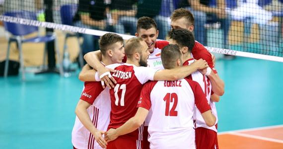 Polscy siatkarze rozpoczęli turniej olimpijski od przegranej z reprezentacją Iranu 2:3 (25:18, 22:25, 22:25, 25:22, 21:23). Mecz obfitował w duże emocje, ale i w wiele błędów po obu stronach siatki. Podopieczni Vitala Heynena kolejny mecz rozegrają w poniedziałek z Włochami.