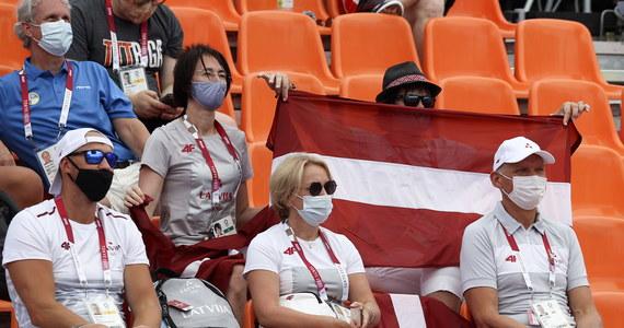 Polscy koszykarze 3x3 pokonali Japonię 20:19 po dogrywce w swoim drugim spotkaniu w turnieju olimpijskim. Na inaugurację zmagań w Tokio biało-czerwoni przegrali z Łotwą 14:21. Gospodarze dopiero teraz zaczęli zmagania.