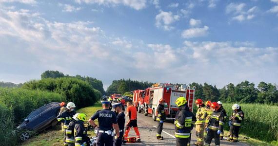 Dziesięć osób - w tym trzy w stanie ciężkim - trafiło do szpitala po zderzeniu samochodu osobowego i busa, którym podróżowało 9 pasażerów. Do zdarzenia doszło rano na drodze nr 784 w miejscowości Wygoda pod Radomskiem.