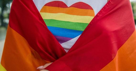 Kilka tysięcy osób wzięło udział w marszu Budapest Pride, protestując przeciw niedawno przyjętej ustawie, która m.in. ogranicza prowadzenie zajęć o homoseksualizmie w szkołach.